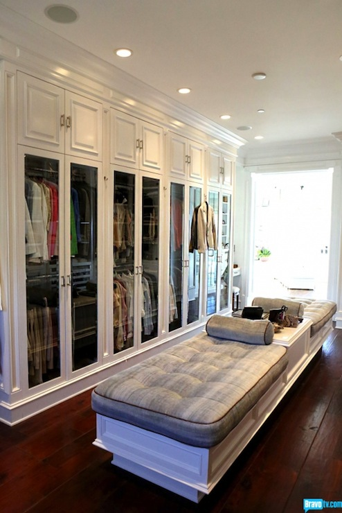 Walk in closet design transitional closet bravo tv for Garderobe real