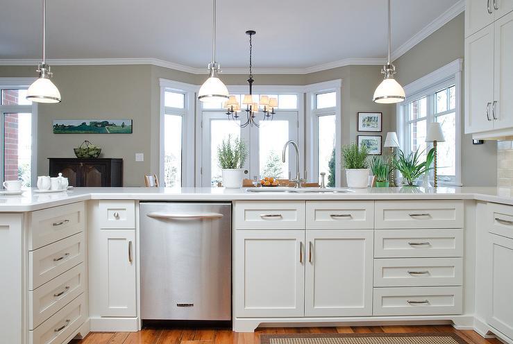 Traditional kitchen benjamin moore white dove for Benjamin moore white dove kitchen cabinets