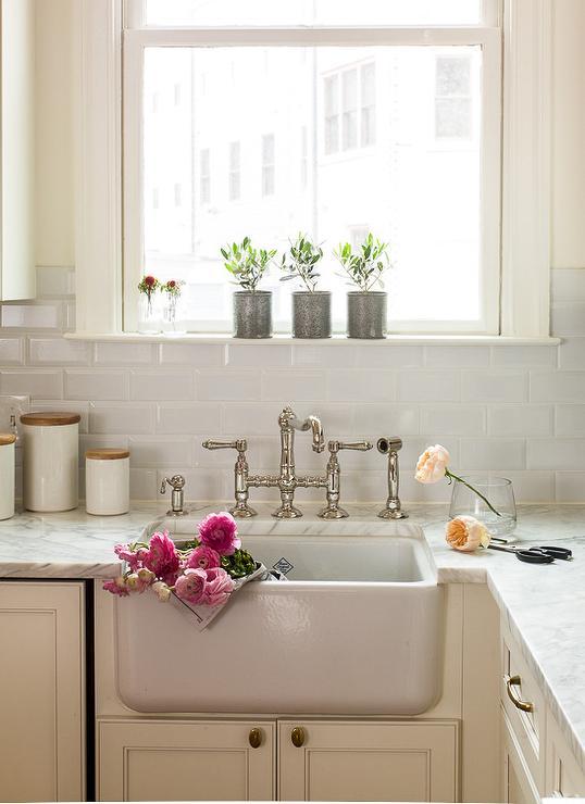Ivory kitchen cabinets with beveled subway tile backspalsh for Farm style kitchen backsplash
