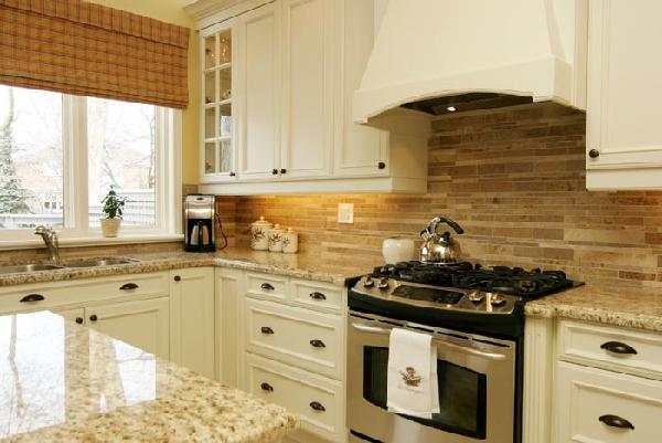 Shaker cabinets design ideas Bamboo backsplash