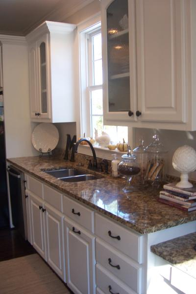 Merveilleux Kitchen White Cabinets, Santa Cecilia Granite Countertops, Apothecary Glass  Jars And Glass Front Cabinets.