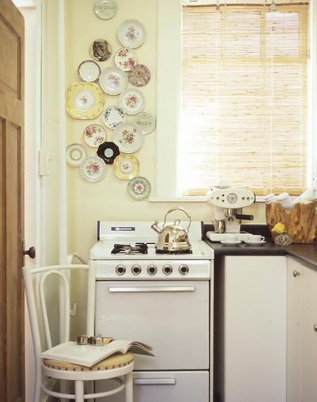 Decorative plates for kitchen wall vintage kitchen for Small retro kitchen