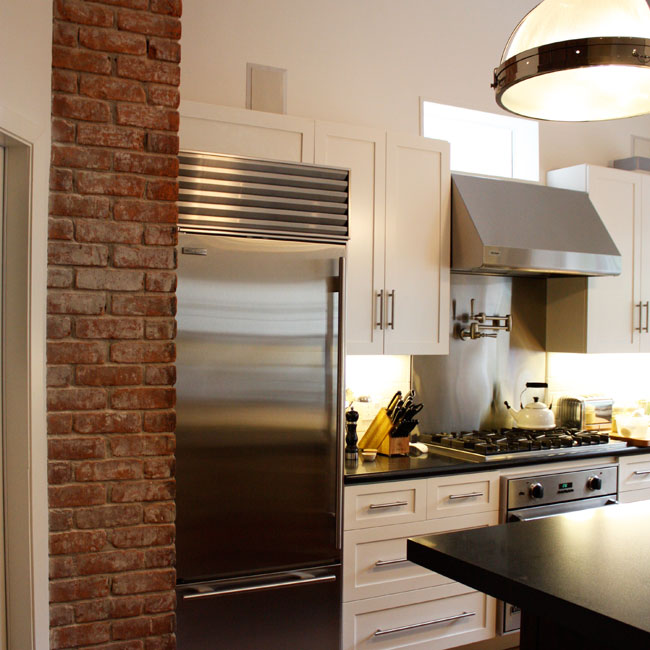 Kitchen with exposed brick backsplash design ideas for Kitchen bricks design