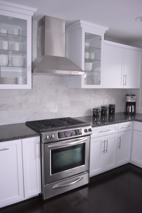 White kitchen cabinets gray granite countertops design ideas for Backsplash for white cabinets and grey countertops