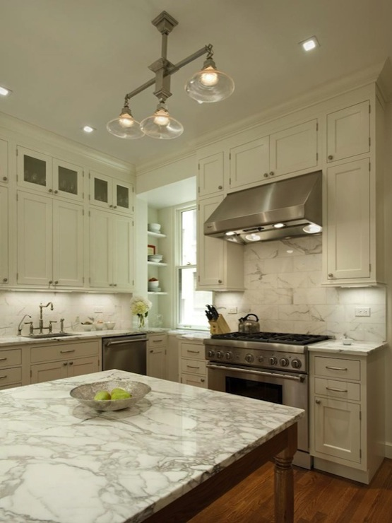 White marble backsplash traditional kitchen ethelind for White kitchen cabinets with white marble countertops