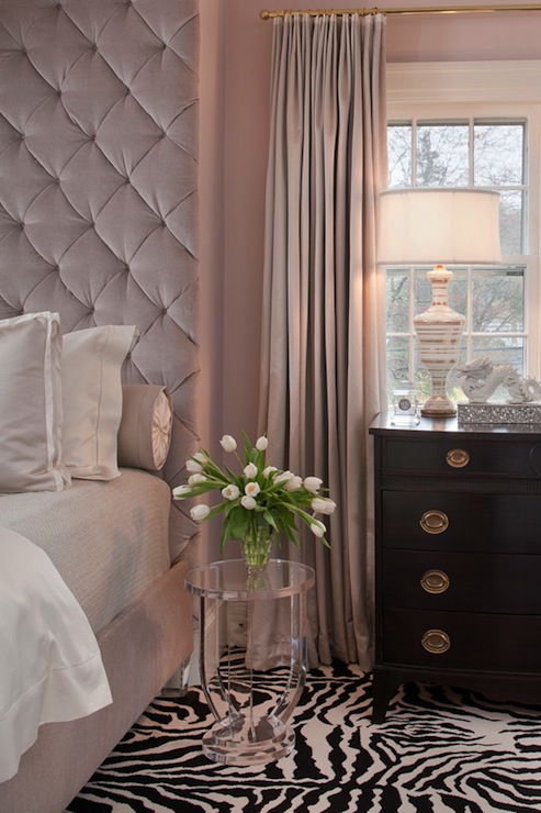 Floor to ceiling headboard contemporary bedroom for Taupe rose poudre
