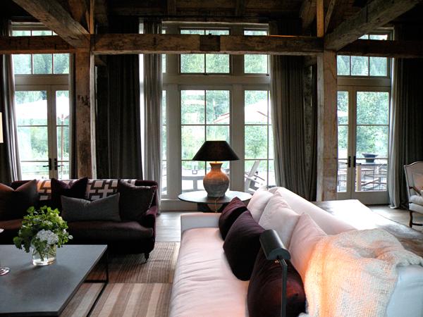 Purple sofa country living room m elle design for Interieur chic et cosy