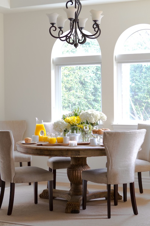 Merveilleux Elegant Dining Room Iron Chandelier And Contemporary Dining Chairs And  Large Round Pedestal Dining Table.