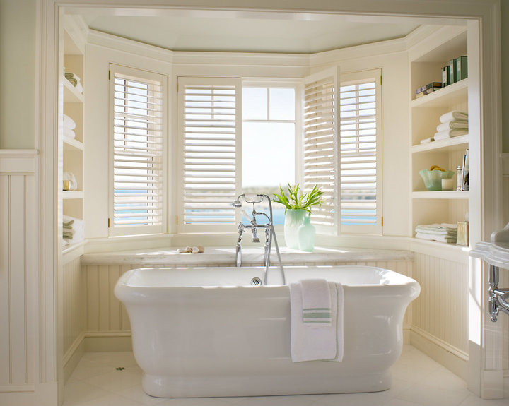 Plantation shutters cottage bathroom williams spade for Beach cottage bathroom ideas