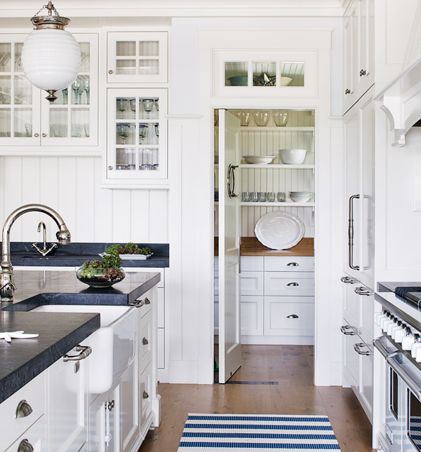 White coastal kitchen cottage kitchen benjamin moore for Decorators white kitchen cabinets