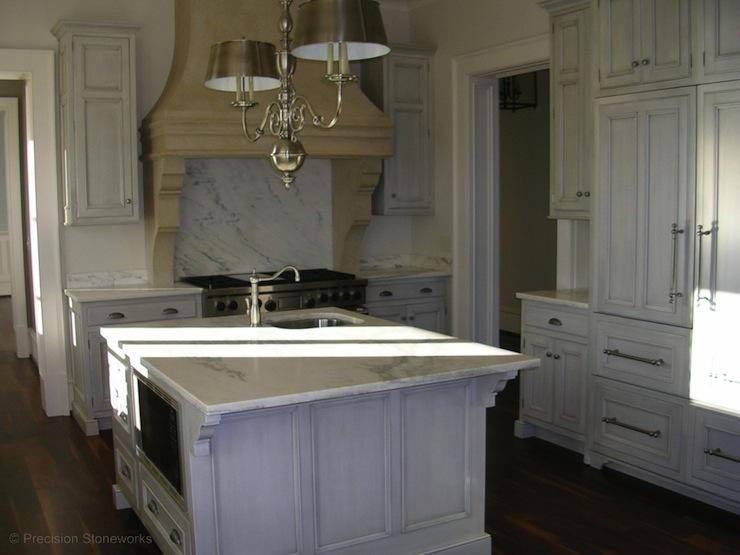 Antique white kitchen cabinets french kitchen for French antique white kitchen cabinets