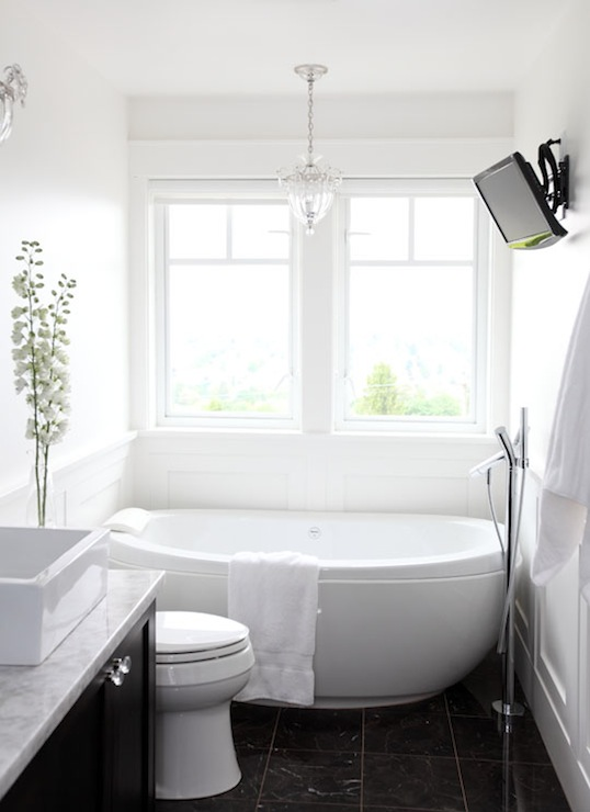 White bathroom furniture freestanding - Egg Shaped Tub Contemporary Bathroom Benjamin Moore