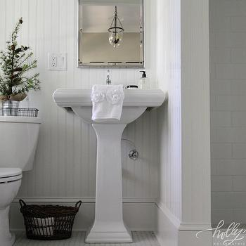 Lovely Cottage Bathroom Design With White Beadboard Walls Framing