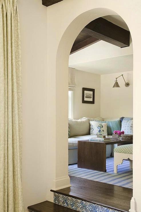 Living Room Arch Decorations: Modern Mediterranean Design