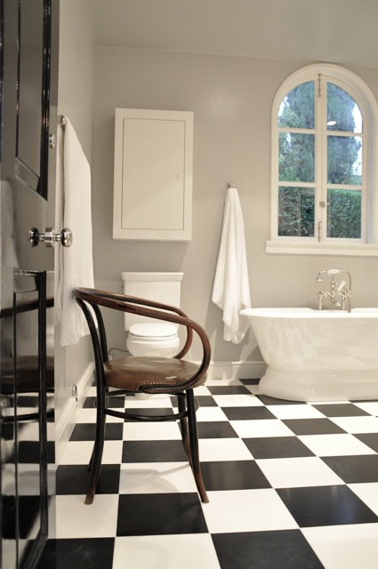 Merveilleux Beautiful Bathroom With Gray Walls And Freestanding Tub With Floor Mounted  Tub Filler Under Palladian Window Over Black And White Checkered Floor.