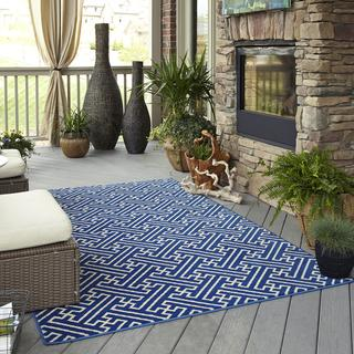 Indoor/ Outdoor Intertwined Blue Rug (5\'3 x 7\'6) - Overstock.com