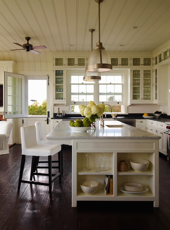 Slipcovered bar stools cottage kitchen sawyer berson - Belles cuisines traditionnelles ...