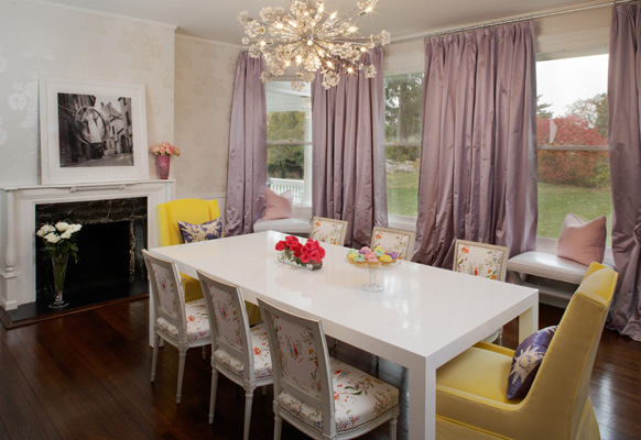 Lovely Fabulous Dining Room With Metallic Floral Wallpaper And Floor Length Lilac  Silk Draperies.