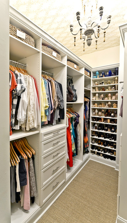 Closet chandelier transitional closet organized living for Ideas para closets pequenos