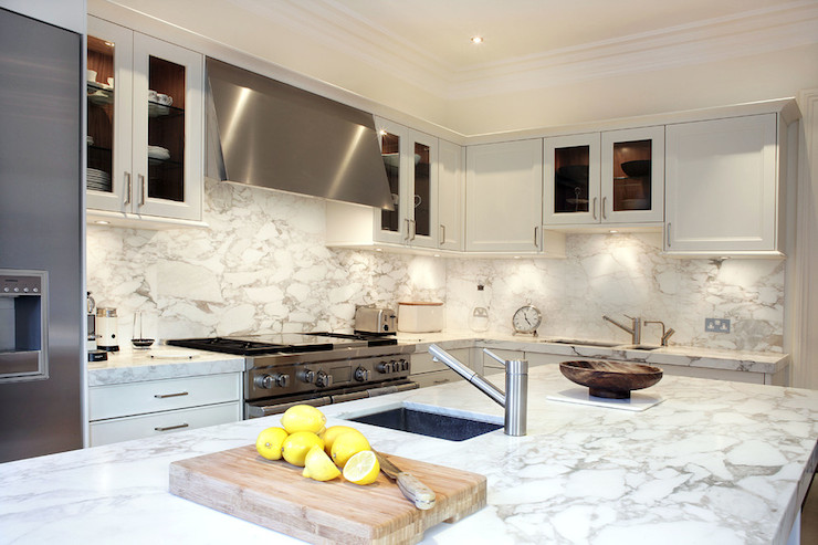 Kitchen Backsplash With White Cabinets And White Countertops