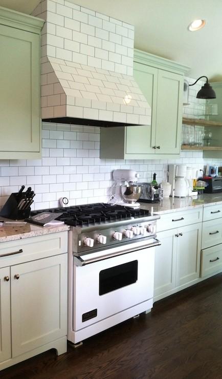 Subway tiled hood cottage kitchen benjamin moore tea for Benjamin moore tea light