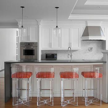 staggered light pendants over kitchen island