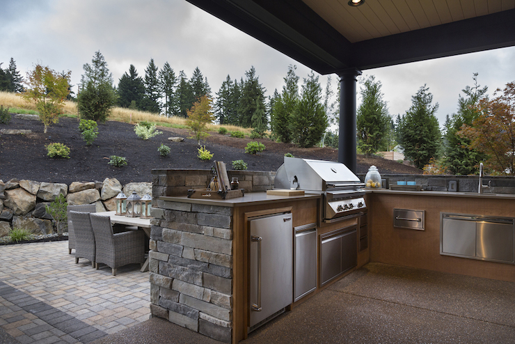 Outdoor kitchen with hood transitional deck patio for Plan de barbecue exterieur