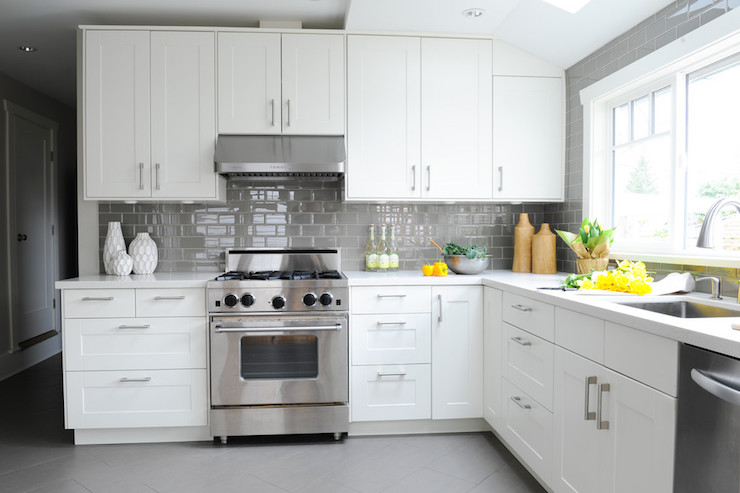 White kitchen with gray floor tiles design ideas for Backsplash for white cabinets and grey countertops
