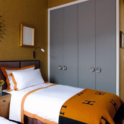 Bi fold closet doors with grasscloth design ideas for 10x10 bedroom ideas