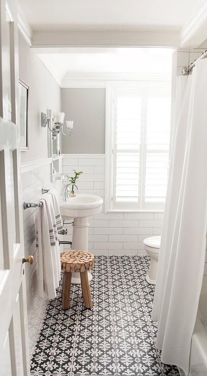 Black and white bathroom floor tiles transitional - Salle de bain retro ...