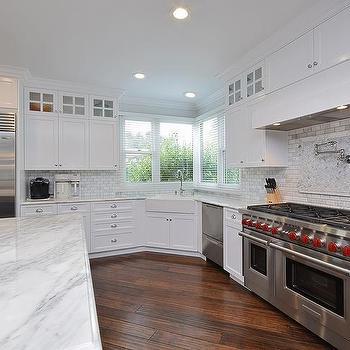 Corner Farmhouse Sink Kitchen : Kitchen Cooktop Backsplash Pattern Ideas, Transitional, Kitchen