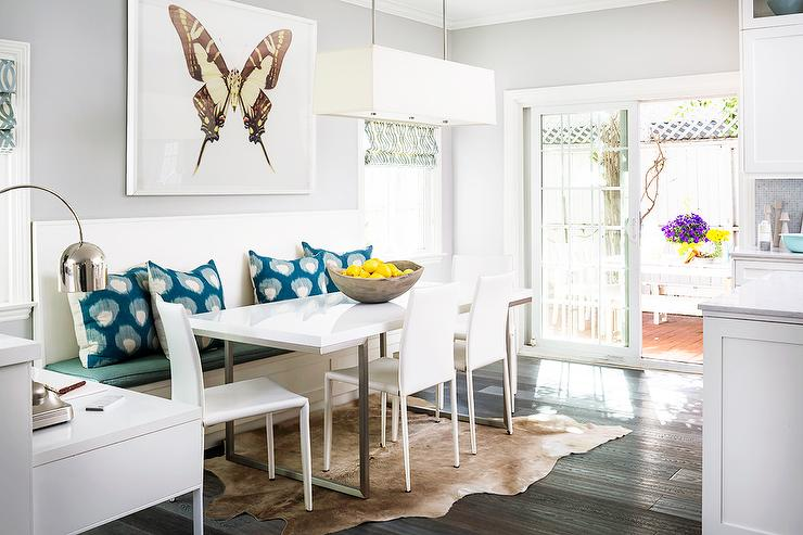 Superbe Contemporary Breakfast Nook With Brown Cowhide Rug