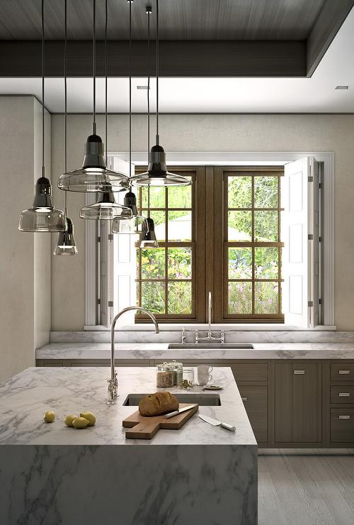 Staggered light pendants over kitchen island for Kitchen island lighting pendants