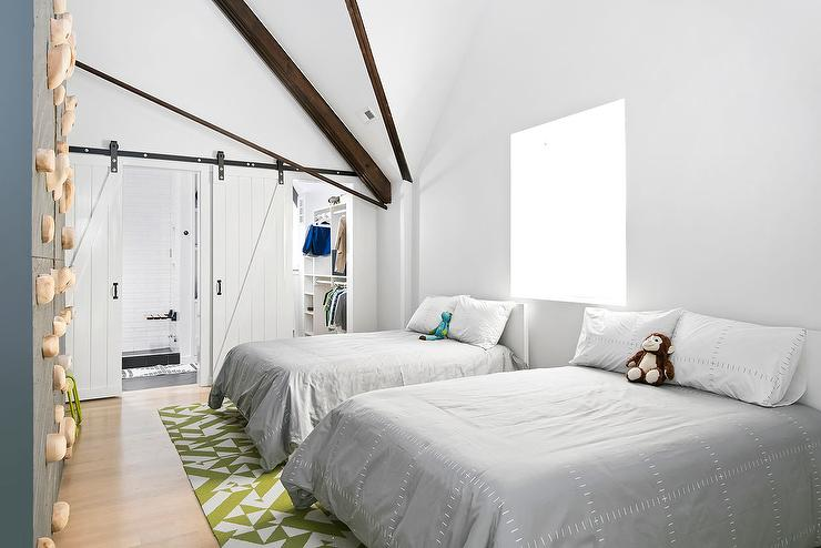 Shared Boys Geometrical Bedroom: Shared Kids Bedroom With White Barn Doors