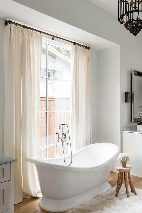 Tub In Front Of Window Design Ideas