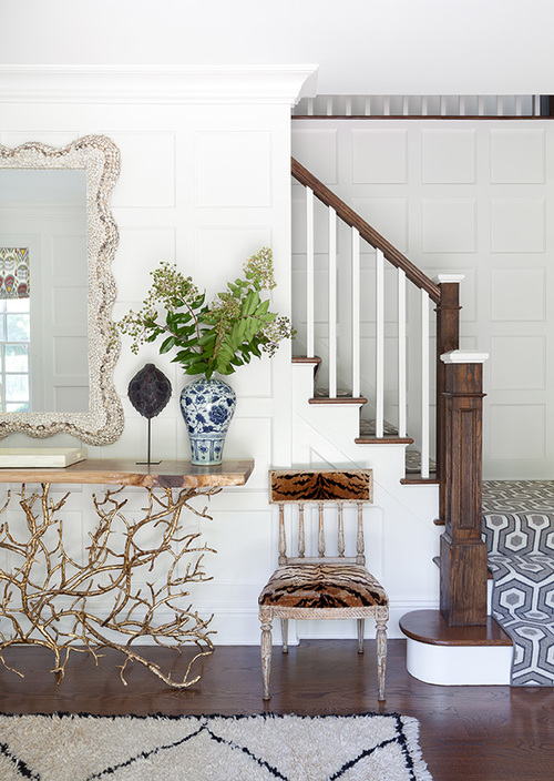 Foyer Design Bois : White bamboo console table with board and batten walls