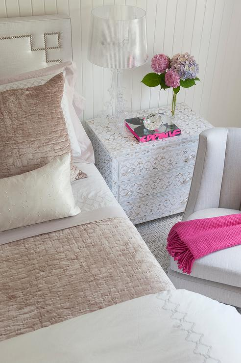 Pink and gray bedding with kartell bourgie lamp for Decoration kartell