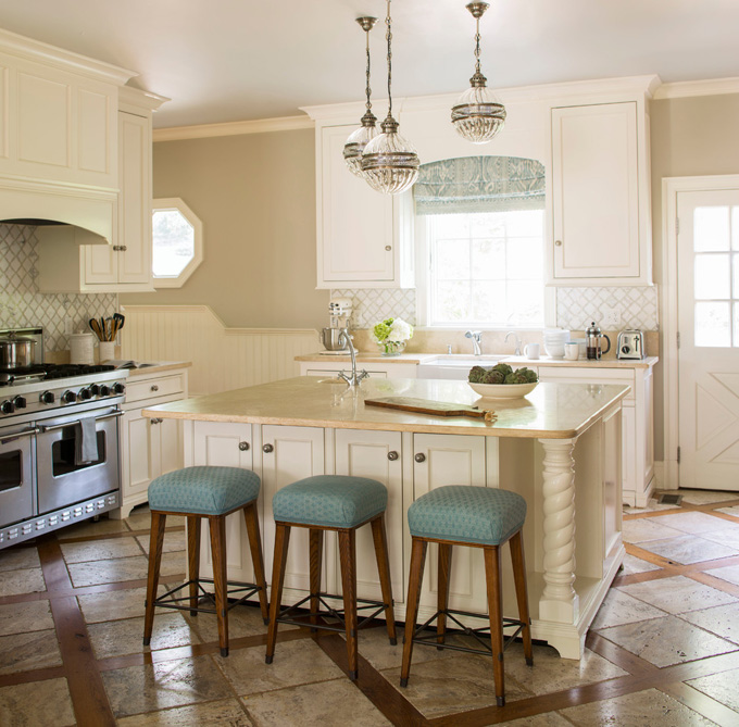 What Is A Kitchen Island With Pictures: Ivory Kitchen Island With Staggered Island Pendants