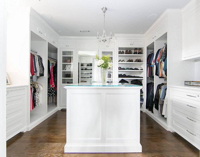 U Shaped Closet with Glass Front Bag Cabinet