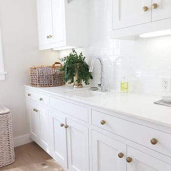 Charmant White Laundry Room Cabinets With Brushed Brass Octagon Knobs