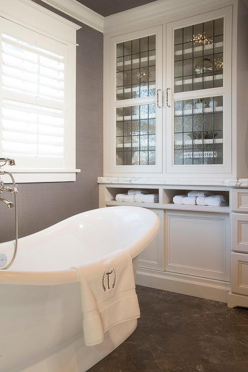 Exceptionnel White And Gray Bathroom With Leaded Glass Cabinets
