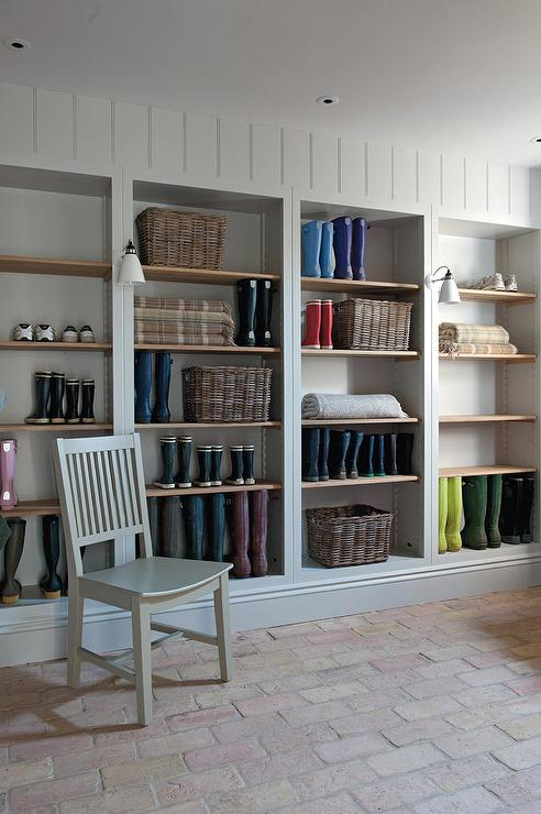 Merveilleux Cottage Mudroom With Wooden Shoe Shelves