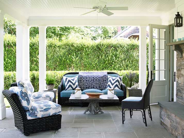 Exceptionnel Black Wicker Patio Furniture With Blue Cushions And Blue Chevron Pillows