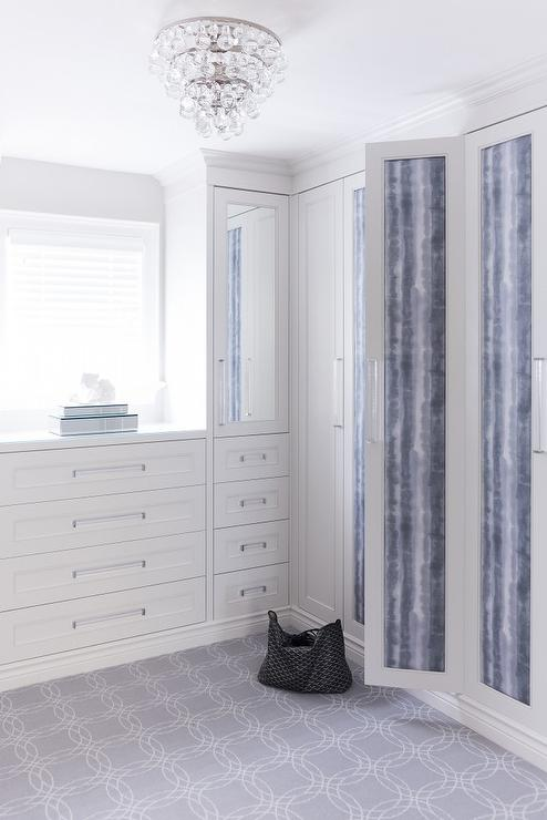 White and gray walk in closet with glass hardware for Walk in closet white