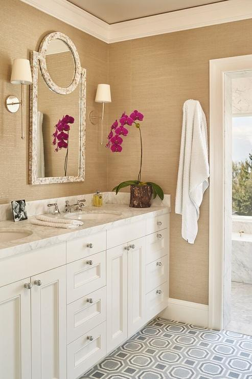 Merveilleux White And Gold Bathroom With Gray Tile Floor