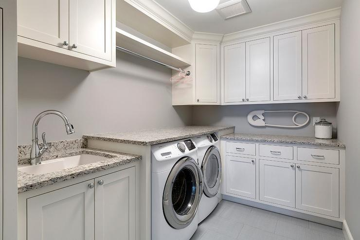 Etonnant White Shaker Laundry Room Cabinets With Gray Granite Countertops