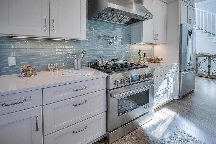 Beau White Beach House Kitchen With Linear Glass Backsplash Tiles