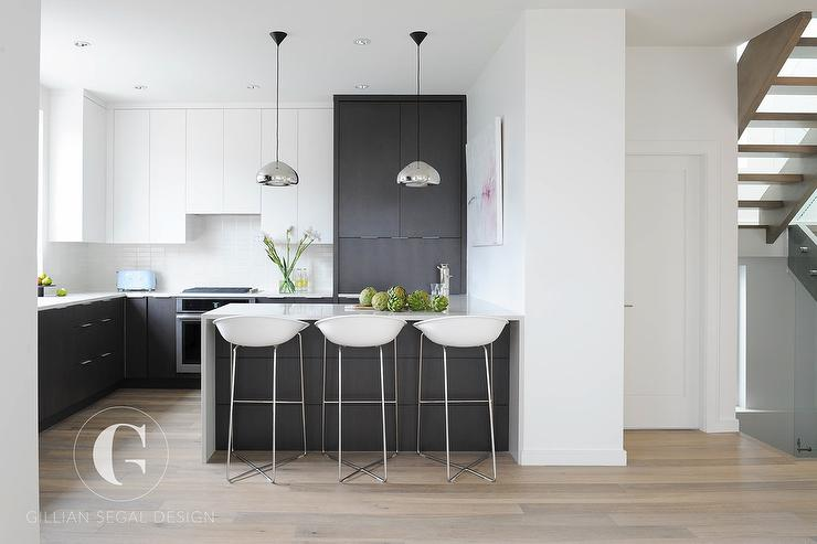 Modern kitchen with black and white tuxedo cabinets for Flat black kitchen cabinets