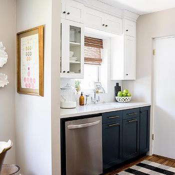 Charmant White Upper Cabinets And Navy Lower Cabinets With Black And White Plaid Rug