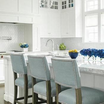 Attirant White Center Island With White American Quartzite Countertops